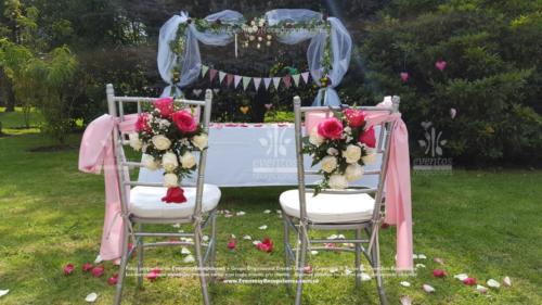 arreglo altar sillas novios rosado vintage