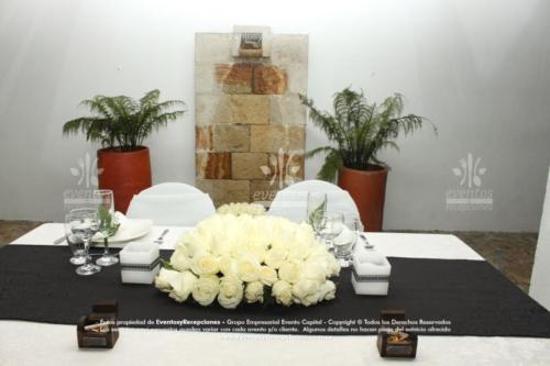 arreglo mesa pastor altar rosas blancas