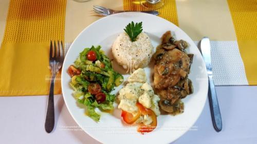 menu economico Pollo en champiñones Papa a la perejil (2)