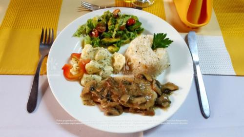 menu economico Pollo en champiñones Papa a la perejil (4)