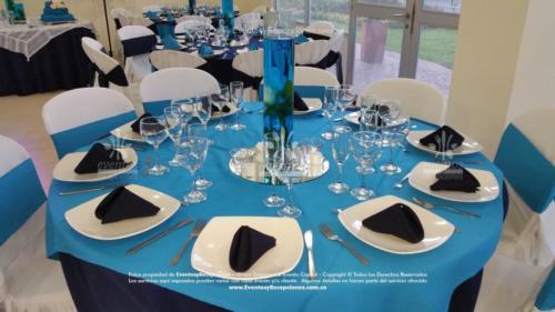 menaje plato base copa de agua champaña cubiertos azul oscuro tapa