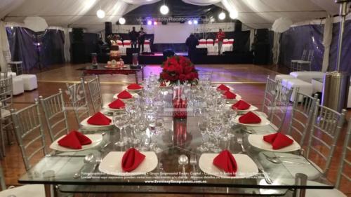 menaje plato base cubiertos copa de agua centro de mesa cilindro rosas rojas