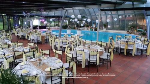 mobiliario mesa redonda sillas tifanny color ocre camino yute servilletas blancas y amarillas palidas fajones boda
