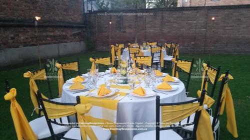 mobiliario mesa redonda sillas tiffany fajon amarillo servilleta