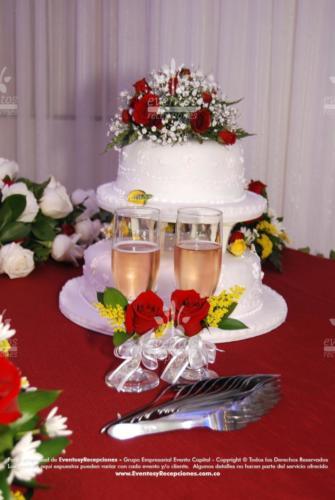 ponque pastillaje redondo pisos separados flores rojo boda